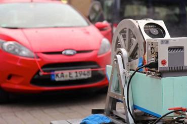 : Das Entropierad nutzt die Energie des warmen Wassers im Becken, um ein Auto zu ziehen. (Bild: KIT/Wilhelm)