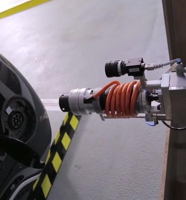 : Automatisiertes Laden: Der im Projekt AUTOPLES entwickelte Ladestecker findet ebenso automatisch die Wagenbuchse, wie der Wagen den Parkplatz. (Bild: AUTOPLES)