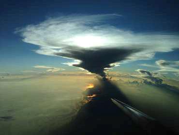 : Quellwolken und hochreichende tropische Gewitterwolken waren ein Ziel des Forschungsflugzeugs HALO. Der höchste Teil eines Wolkenturms in 15 Kilometer Höhe besteht aus Eiskristallen. (Bild: DLR)