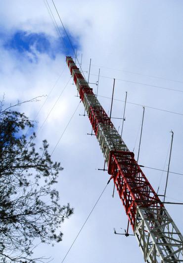 Langfristige Messungen durch Plattformen wie dem 200 Meter hohen meteorologischen Mast am KIT-Campus Nord sind die Basis für regionale Klimamodelle. (Bild: KIT)